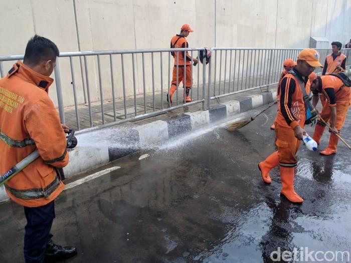 PPSU-Damkar bersihkan bau pesing di trotoar dekat Stasiun MRT Lebak Bulus (Foto: Jefrie Nandy Satria/detikcom)