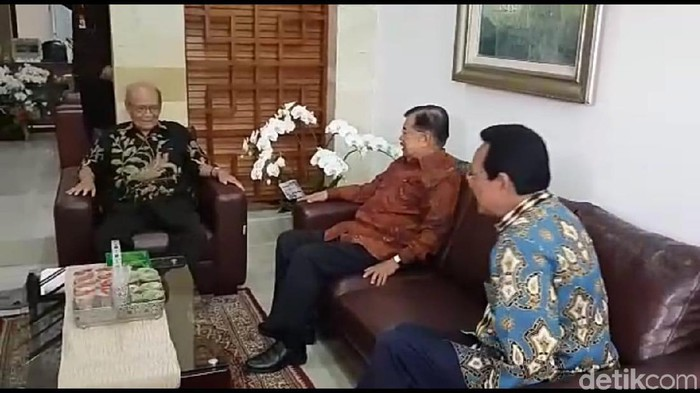 Wapres JK dan Sri Sultan Hamengku Buwono X mengunjungi Buya Syafii Maarif. Foto: Usman Hadi/detikcom