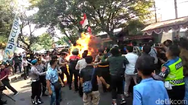 Ulah Mahasiswa Pelempar Minyak dan Kisah Pelajar Tolong Polisi Terbakar