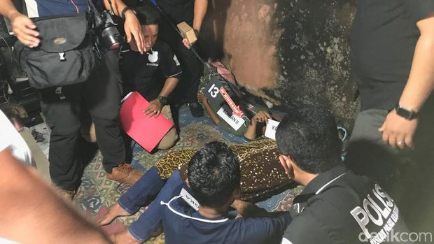 Usai membunuh istri, Jumharyono membakar kasur dalam rumah di saat anaknya masih tidur