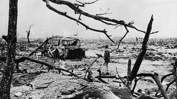 Tanggal 15 Agustus 1945, Jepang menyerah pada Sekutu usai dua kota di negara itu dijatuhi bom atom. Menyerahnya Jepang menjadi akhir dari PD II di benua Asia.