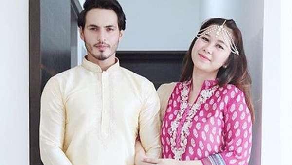 Melihat Kemesraan Ravi Bhatia si Bintang Jodha Akbar dan Istri