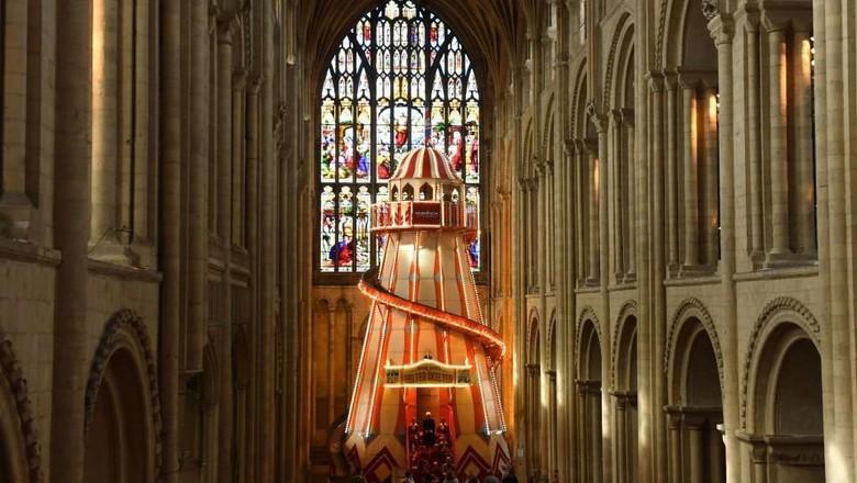 Katedral Norwich di Inggris yang dipasangi perosotan (@Nrw_Cathedral/Twitter)