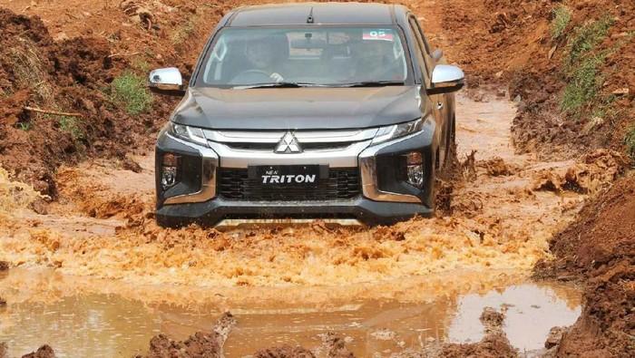 Mitsubishi New Triton telah diperkenalkan Juli lalu. Yuk lihat aksi Pikap 4x4 di sirkuit off-road Pagedangan, BSD.