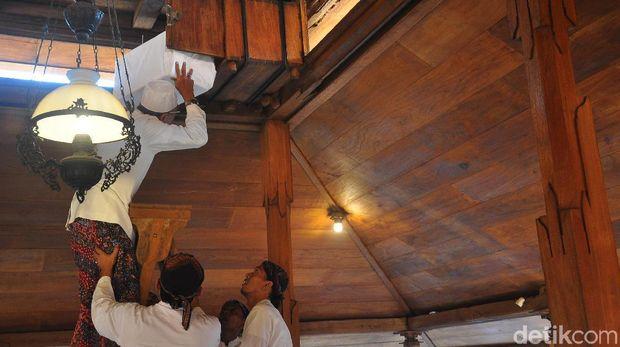 Melihat Penjamasan Keris dan Trisula Peninggalan Sunan Kudus
