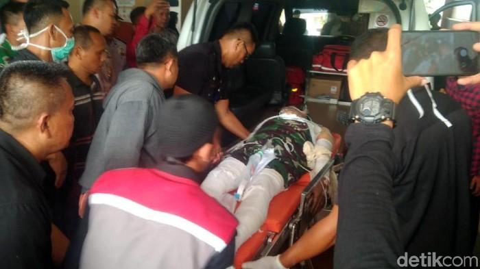 Polisi di Cianjur terbakar hidup-hidup saat kawal demo mahasiswa. (Foto: Syahdan Alamsyah)