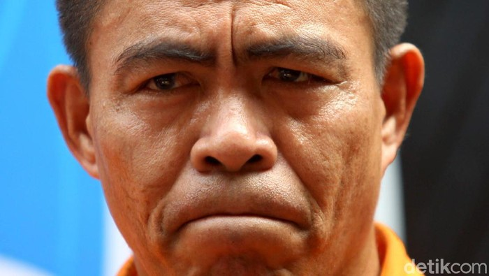 Umar Kei dihadapkan di depan wartawan saat polisi gelar kasus narkoba yang menjeratnya. Tokoh Pemuda Maluku itu pun meminta maaf karena mengonsumsi narkoba.