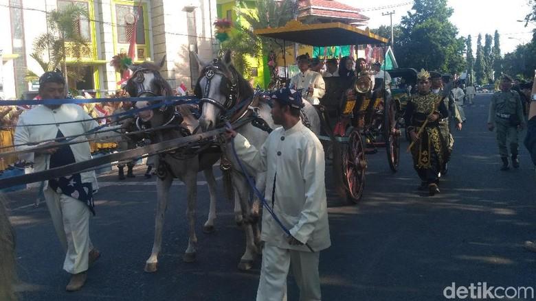 ASN Pemkab Situbondo Ramaikan Parade Kereta Kencana di HUT ke-201