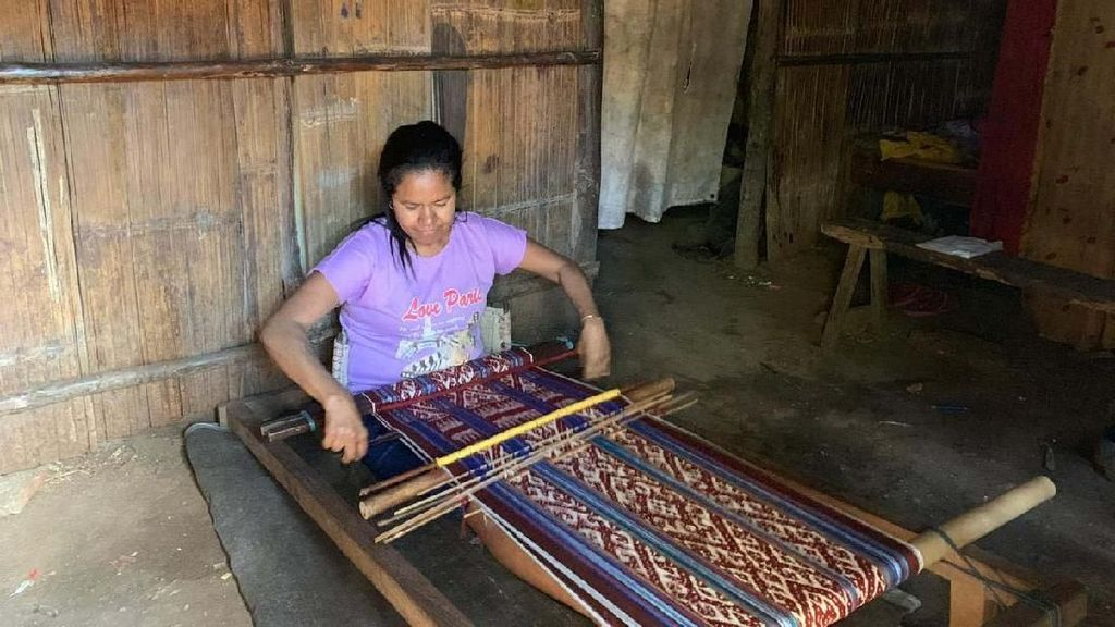 Senangnya Warga Desa di NTT Dapat Sambungan Listrik Gratis