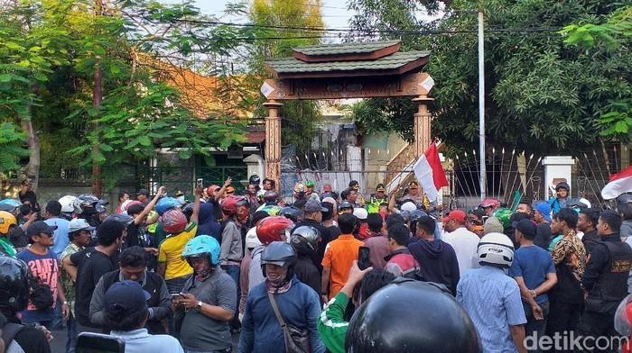 Saat massa mendatangi Asrama Mahasiswa Papua di Surabaya (Foto: Amir Baihaqi/detikcom)