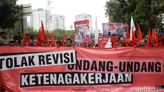Massa buruh dari Kongres Aliansi Serikat Buruh Indonesia (KASBI) gelar aksi demo di kawasan DPR. Aksi itu dilakukan bertepatan dengan Sidang Tahunan MPR 2019.
