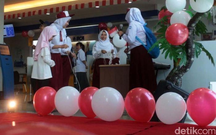 Suasana Bank BCA di Jambo Tape di Banda Aceh disulap layaknya sekolah.