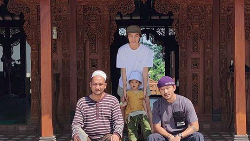 Artis cantik Atiqah Hasiholan bersama suaminya Rio Dewanto dan putri semata wayangnya Salma liburan ke Prambanan, Yogyakarta. (atiqahhasiholan/Instagram)