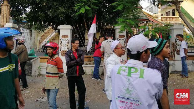 Massa mengepung Asrama Mahasiswa Papua, di Kalasan, Kota Surabaya, didatangi oleh sejumlah kelompok organisasi masyarakat (ormas), Jumat (16/8), karena terprovokasi kabar tak jelas di Whatsapp.