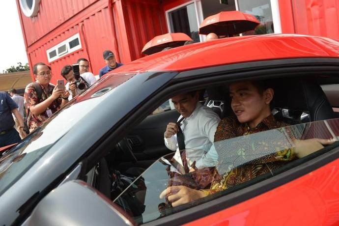 Dua putra Presiden Joko Widodo (Jokowi), Kaesang Pangarep dan Gibran Rakabuming Raka, berkesempatan mengunjungi Kantor Pusat TMMIN (Toyota Motor Manufacturing Indonesia) dan TAM (Toyota Astra Motor) di Sunter, Jakarta Utara, Kamis (15/8/2019) kemarin. Istimewa/Dok. Toyota.
