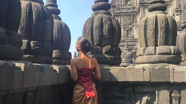 Candi Prambanan merupakan candi Hindu terbesar di Indonesia yang berada di Yogyakarta yang diakui UNESCO sebagai Warisan Dunia. Siapapun dibuat takjub oleh arsitektur candi, begitu juga Atiqah dan keluarganya. (atiqahhasiholan/Instagram)