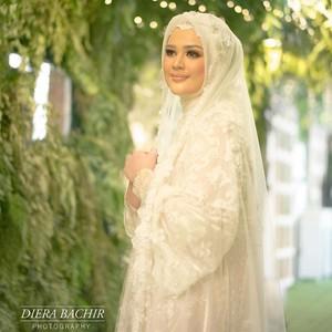 Gaya Hijab Cut Meyriska Saat Pengajian Jelang Menikah, Anggun Serba Putih