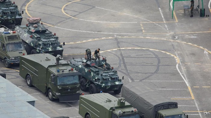China dilaporkan mengerahkan tentara beserta kendaraan berlapis baja ke Kota Shenzhen, yang berada di dekat perbatasan Hong Kong. China beralasan untuk latihan.