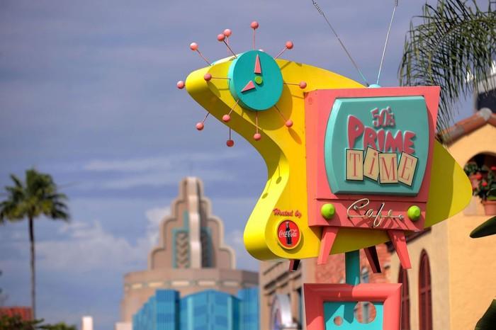 Terletak di Disneys Hollywood Studios, Amerika. Ada 50s Prime Time Cafe yang mengusung konsep 50an. Lengkap dengan makanan enak, seperti burger hingga milkshake. Foto: Popsugar