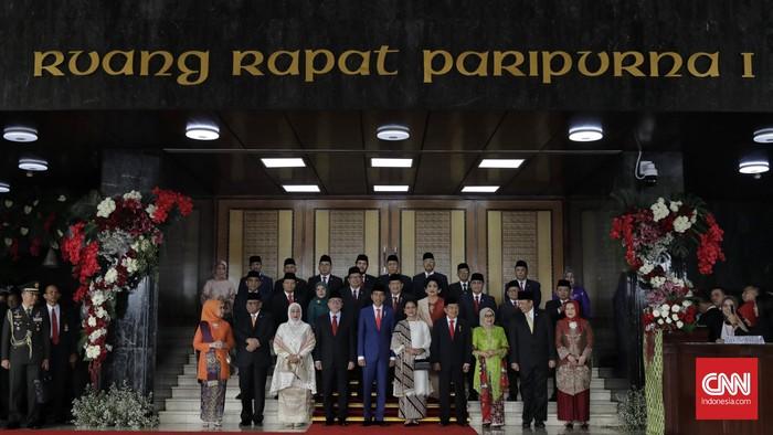 Presiden Joko Widodo bersama Ibu Negara Iriana Joko Widodo, Wakil Presiden Jusuf Kalla, Ibu Mufidah Jusuf Kalla dan pimpinan lembaga negara melambaikan tangan saat menghadiri Sidang Tahunan MPR, di Kompleks Parlemen, Senayan, Jakarta, Jumat, 16 Agustus 2019.