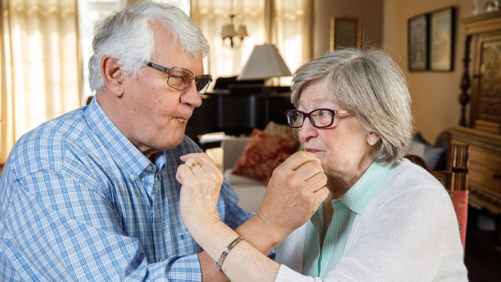 Tiap Tahun Pasangan Ini Makan Kue Pengantinnya Selama 49 Tahun