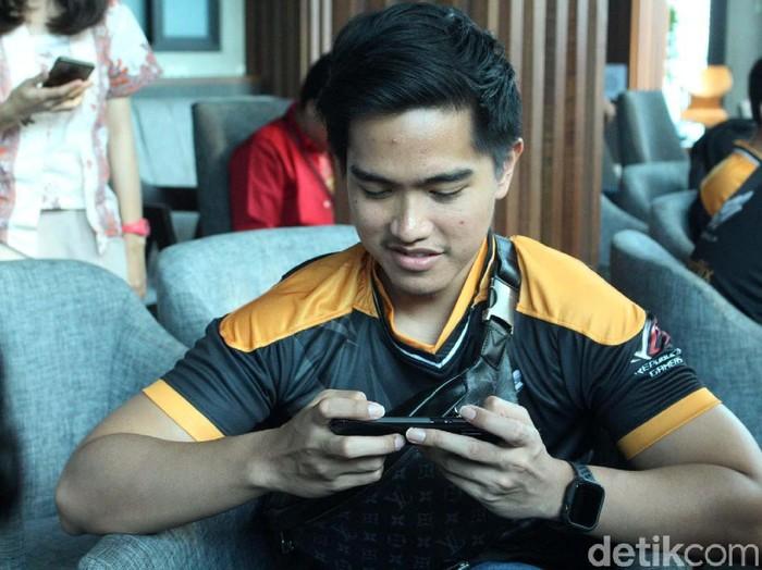Kabar mengejutkan datang dari Kaesang Pangarep. Putra ketiga Presiden Jokowi tersebut, resmi menjadi pro player Mobile Legends di tim Aerowolf Genflix.
