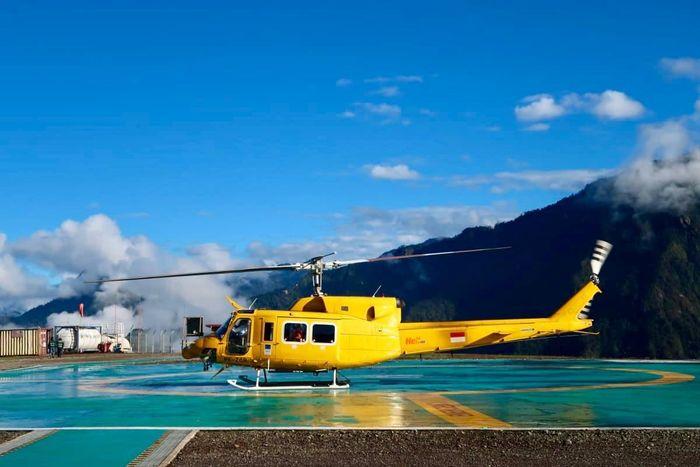 Nampak helikopter berwarna kuning yang mengantarkan Menteri ESDM Ignasius Jonan ke Freeport Indonesia di Tembagapura, Kabupaten Mimika, Papua. Pool/Menteri ESDM Ignasius Jonan.