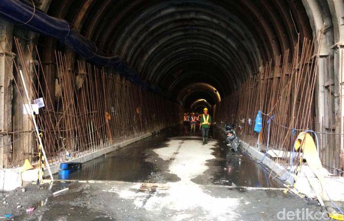 Terowongan pengelak bendungan ini disebut yang terpanjang di Indonesia saat ini.