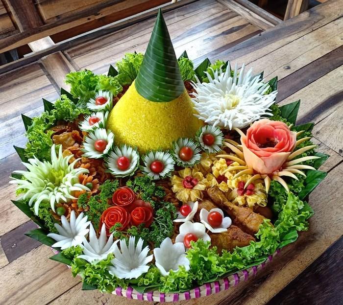 Nasi tumpeng yang biasa hadir pada perayaan Agustusan adalah jenis nasi tumpeng kuning. Gunungan nasi kuning ini dilengkapi juga dengan aneka lauk, sayuran dan juga garnish menarik. Foto : instagram @myviavia