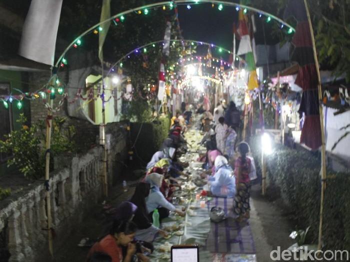 Warga menggelar acara liwetan di jalanan kampung sepanjang 250 meter. (Foto: Yudha Maulana/detikcom)