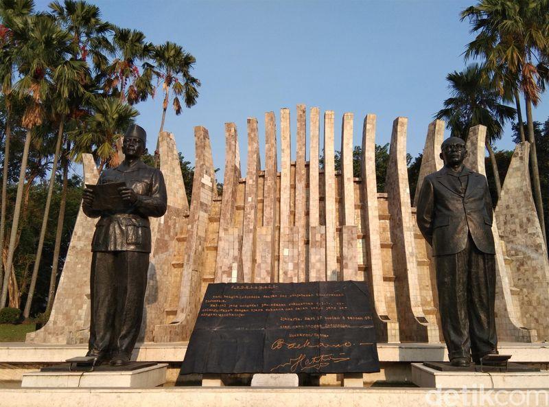 74 Tahun silam, Naskah Proklamasi dibacakan Ir Sukarno pada 17 Agustus 1945 di depan rumahnya pukul 10.00 WIB pagi. Tempat itu sekarang jadi Taman Proklamator (Masaul/detikcom)