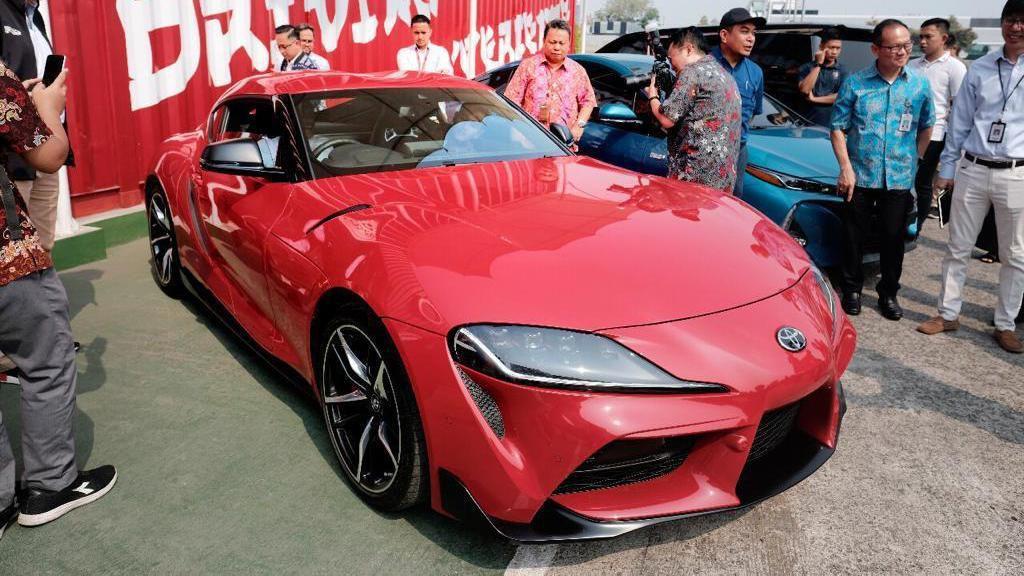 Gibran dan Kaesang Intip Pabrik Toyota dan Jajal Supra