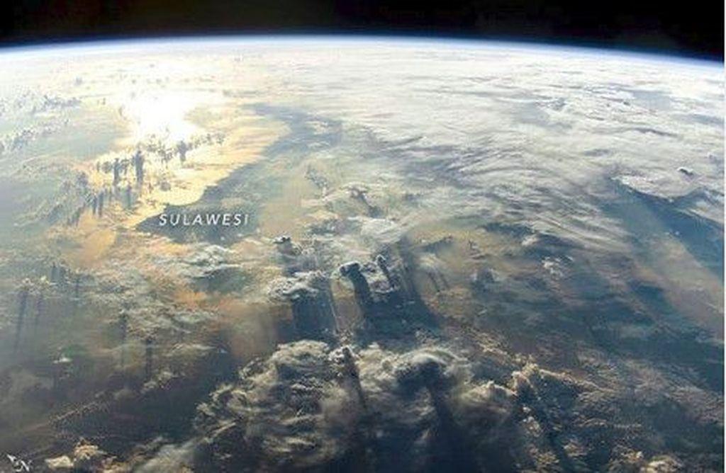 Potret awan yang cantik di pulau Sulawesi, foto ini diambil pada 19 Mei 2019 lalu yang diabadikan oleh salah satu astronot Stasiun Luar Angkasa Internasional. Cahaya matahari memperlihatkan semenanjung utara pulau Sulawesi. (Foto: Instagram/NASA)