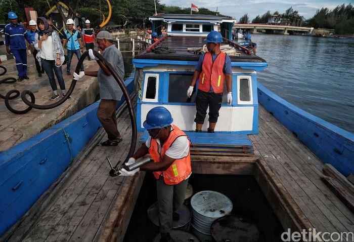 Sejumlah awak perahu motor dan petugas PLN mengisi BBM di Dermaga Ulee Lheue, Banda Aceh, Jumat (16/8).