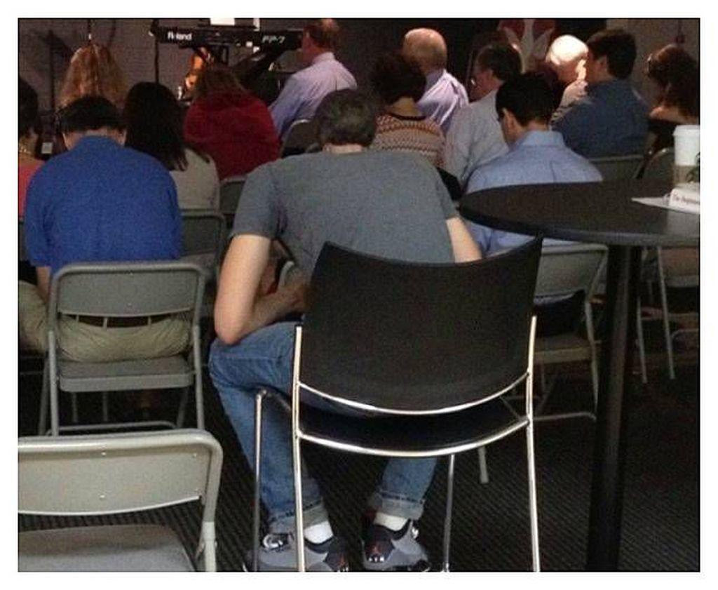 Itu bukan kepala milik pria yang duduk di bagian belakang.Foto: Bored Panda