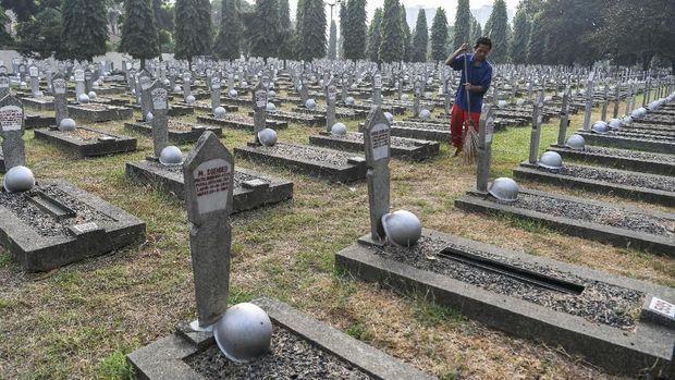 Petugas kebersihan menyapu area pemakaman di Taman Makam Pahlawan Kalibata, Jakarta, Jumat (16/8/2019). Pengelola TMP Kalibata akan menambah kapasitas makam sebanyak 913 makam dari total 10.026 makam saat ini. ANTARA FOTO/Hafidz Mubarak A/ama.