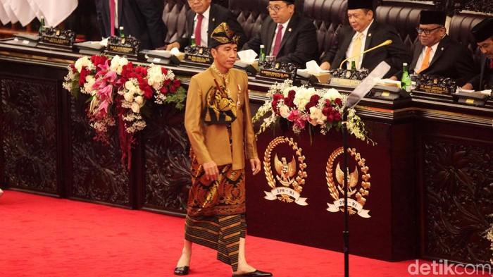 Jokowi pakai baju adat Sasak (Foto: Lamhot Aritonang)