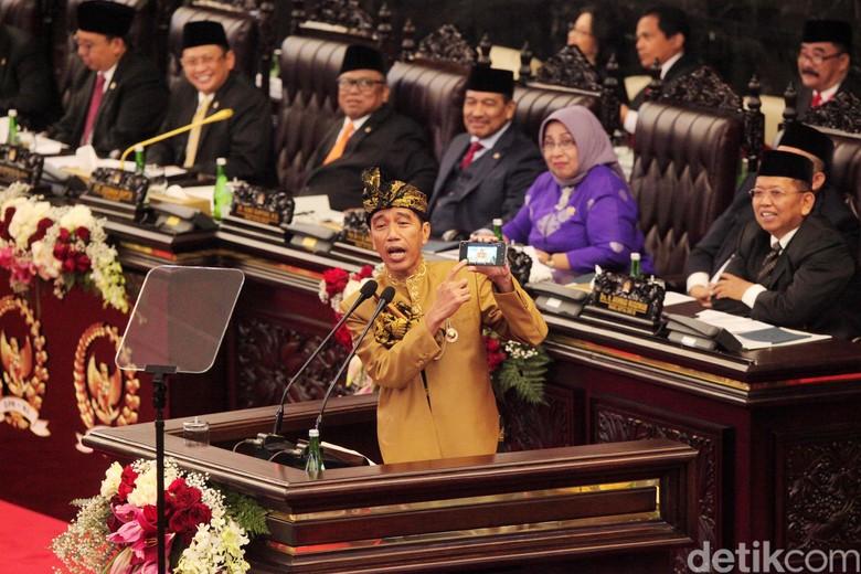 Gimik Jokowi Unjuk Ponsel di Sidang DPD-DPR, Dua Pihak Kena Sentil