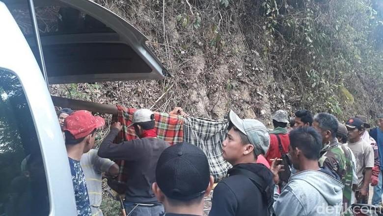 74 Tahun RI Merdeka, Warga Polman Sulbar Masih Gotong Jenazah 15 Km