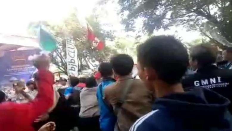 Insiden 4 Polisi Terbakar, Siapa Pria Jas Merah Pelempar Cairan Biru?