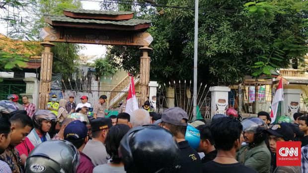 Asrama Mahasiswa Papua, di Surabaya, didatangi oleh sejumlah ormas, Jumat (16/8)