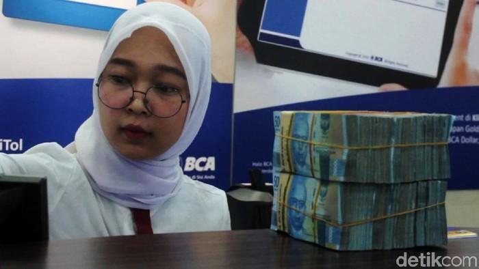 Ada yang berbeda dengan penampilan karyawan Bank BCA di Banda Aceh. Memperingati HUT ke-74 RI, mereka mengenakan seragam ala anak sekolah saat melayani nasabah.