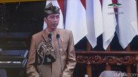 Presiden Jokowi mengenakan pakaian adat suku Sasak, Lombok.