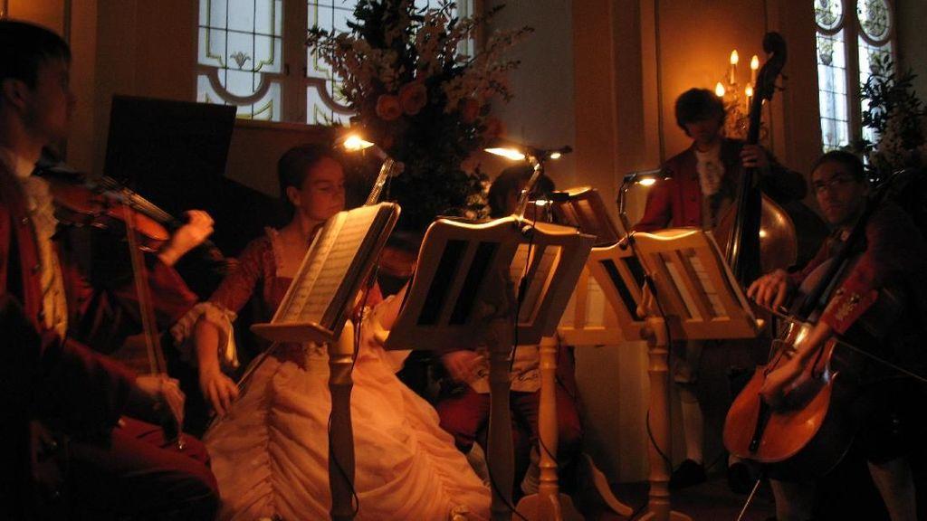 Makan Malam dengan Alunan Mozart di Restoran Berusia 1200 Tahun