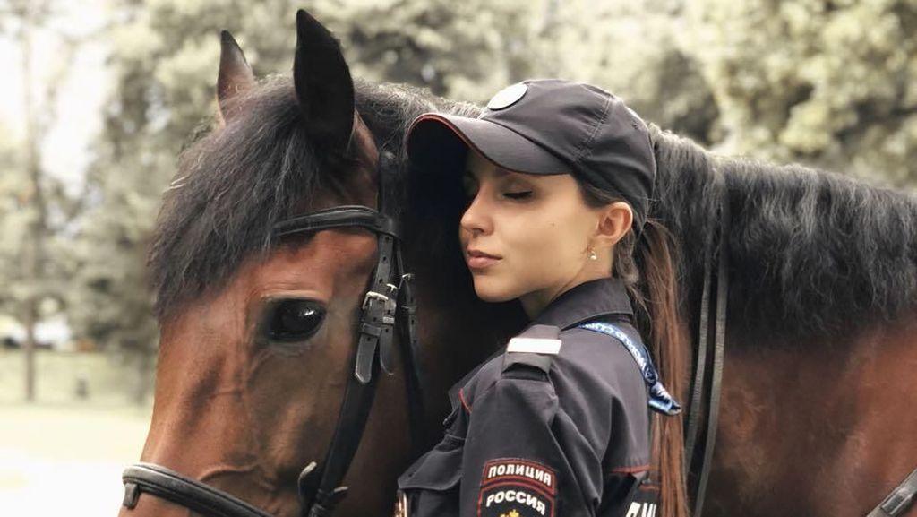 Kepincut Gaya Daria, Wanita Cantik di Divisi Polisi Berkuda Rusia