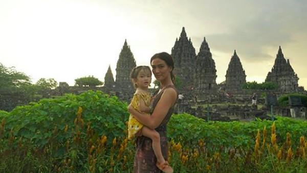 Pada bulan April lalu, Atiqah juga berkunjung ke Candi Prambanan. (atiqahhasiholan/Instagram)