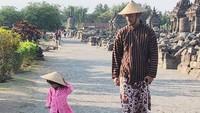 Mereka berkunjung ke Candi Prambanan dan mengenakan pakaian tradisional. Lihatlah kompaknya Rio dan Salma memakai caping berkeliling candi. (atiqahhasiholan/Instagram)