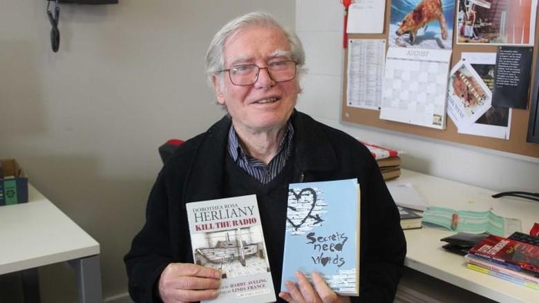 Harry Aveling Profesor Penerjemah dari Australia yang Cinta Sastra Indonesia