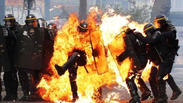 Kerja Polisi Berisiko dari Cianjur hingga Meksiko, Terbakar Api Demo