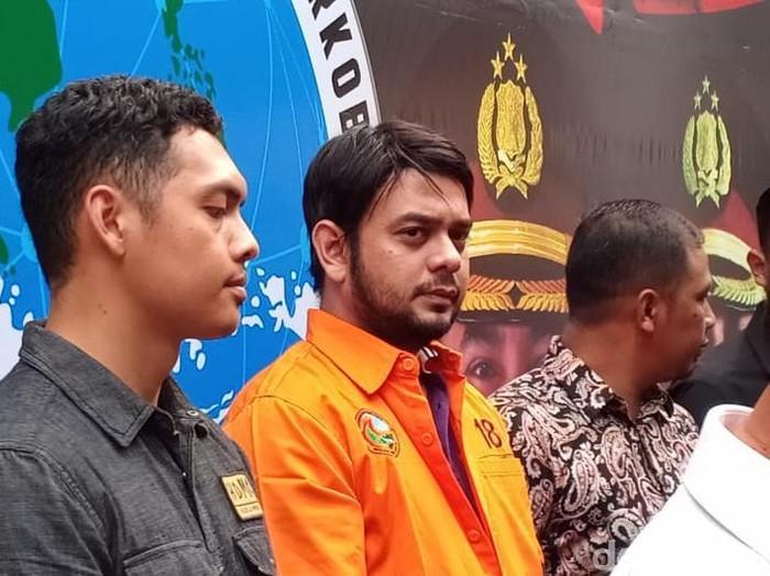 Rio Reifan ditampilkan dalam rilis kasus narkotika di Polda Metro Jaya (Samsudhuha Wildansyah/detikcom)